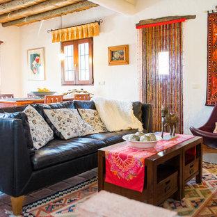 Foto de salón para visitas abierto, exótico, de tamaño medio, sin chimenea y televisor, con paredes blancas y suelo de baldosas de terracota