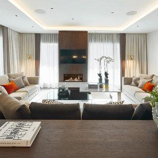 Modelo de salón actual con paredes blancas, chimenea tradicional, marco de chimenea de madera y televisor colgado en la pared