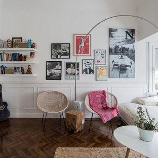 Modelo de salón abierto, escandinavo, grande, sin chimenea, con paredes blancas, suelo de madera oscura y suelo marrón