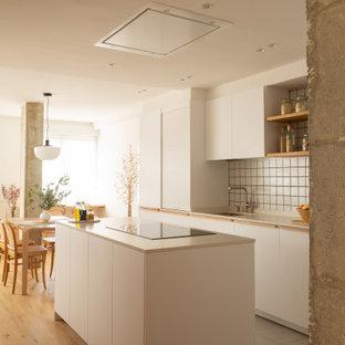 Foto de salón nórdico, grande, con suelo de baldosas de porcelana y suelo gris