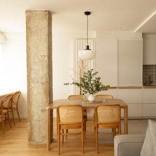 Diseño de comedor nórdico, de tamaño medio, abierto, con paredes blancas, suelo de madera clara y suelo beige