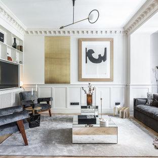 Imagen de salón abierto y boiserie, escandinavo, boiserie, con paredes blancas, suelo de madera en tonos medios, pared multimedia, suelo marrón y boiserie