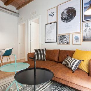 Ejemplo de salón abierto, escandinavo, pequeño, sin chimenea, con suelo marrón, paredes blancas y suelo de madera clara