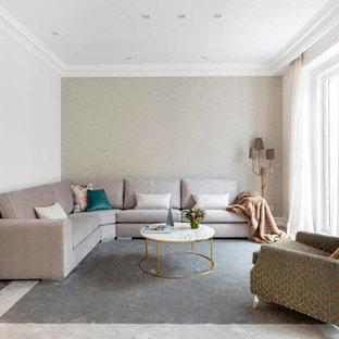 Modelo de salón actual, sin chimenea y televisor, con paredes grises y suelo de madera clara