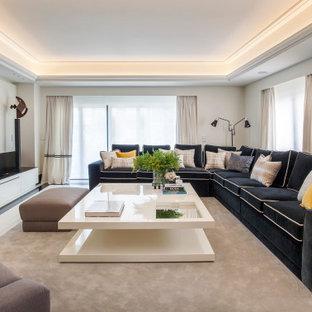 Modelo de salón actual con paredes blancas y televisor colgado en la pared
