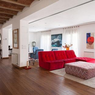 Imagen de salón mediterráneo con paredes blancas, suelo de madera oscura y suelo marrón