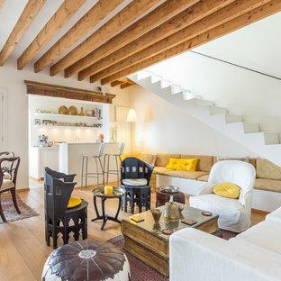 Immagine di un soggiorno tropicale di medie dimensioni e aperto con pareti bianche, pavimento in legno massello medio, nessun camino, nessuna TV e sala formale