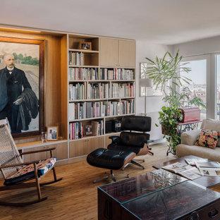 Inspiration för ett stort funkis vardagsrum, med ett bibliotek, bambugolv, vita väggar och brunt golv