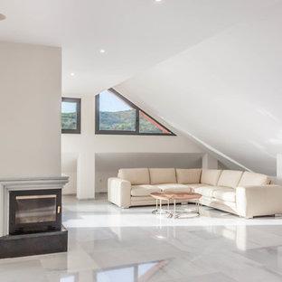 Modelo de salón contemporáneo con paredes blancas, chimenea de esquina y suelo gris