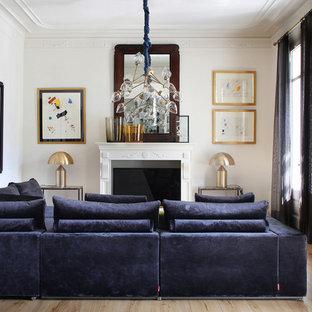 Foto de salón abierto, clásico renovado, sin televisor, con paredes blancas, suelo de madera clara, chimenea tradicional, marco de chimenea de yeso y suelo beige