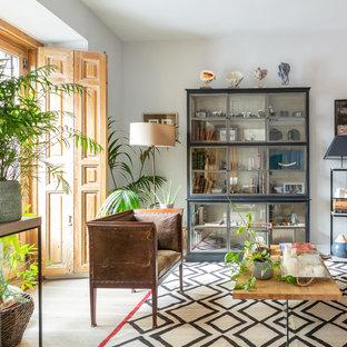 Imagen de salón abierto, bohemio, de tamaño medio, con paredes blancas, suelo de madera clara y suelo beige
