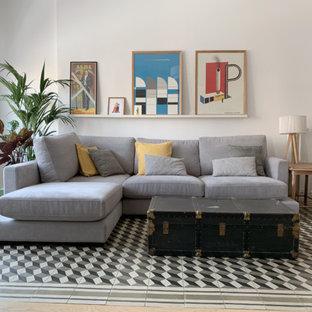 Ejemplo de salón contemporáneo con paredes blancas, televisor independiente y suelo multicolor