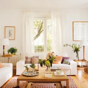Modelo de salón contemporáneo, de tamaño medio, sin chimenea, con paredes blancas y suelo de madera en tonos medios