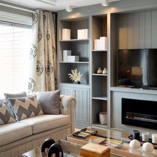 Foto de biblioteca en casa abierta y papel pintado, clásica renovada, grande, con paredes grises, suelo laminado, chimenea lineal, marco de chimenea de madera, pared multimedia, suelo beige y papel pintado