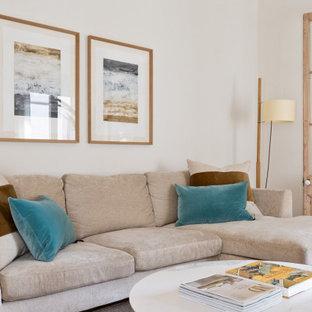 Foto de salón abierto, mediterráneo, pequeño, con paredes blancas, suelo de madera clara y televisor colgado en la pared