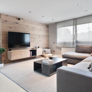 Modelo de salón para visitas abierto, actual, de tamaño medio, con paredes grises, televisor colgado en la pared, suelo beige y suelo de baldosas de porcelana