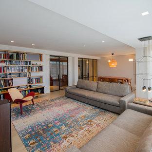 Diseño de biblioteca en casa cerrada, contemporánea, de tamaño medio, con paredes blancas y televisor colgado en la pared