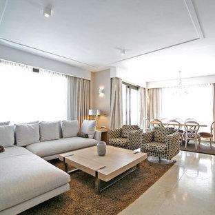 Imagen de salón abierto, contemporáneo, grande, con paredes beige, televisor colgado en la pared, suelo beige y chimenea lineal