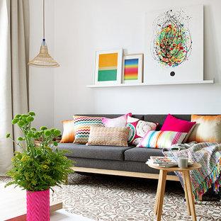Ejemplo de salón para visitas cerrado, bohemio, pequeño, sin chimenea, con paredes blancas, suelo multicolor y suelo de baldosas de cerámica