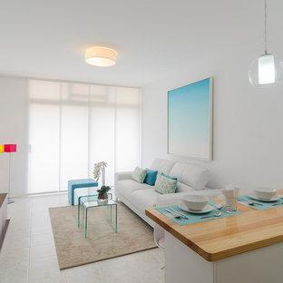 他の地域の小さいビーチスタイルのおしゃれなLDK (フォーマル、白い壁、セラミックタイルの床、暖炉なし、埋込式メディアウォール) の写真