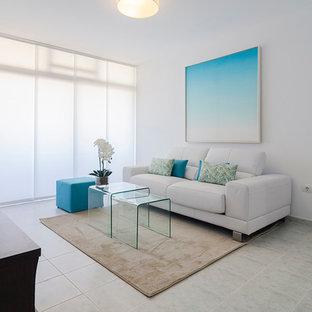 他の地域の中くらいの地中海スタイルのおしゃれな独立型リビング (白い壁、暖炉なし、フォーマル、テレビなし) の写真