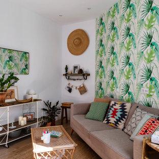 Modelo de salón papel pintado, ecléctico, papel pintado, con paredes multicolor, suelo de madera en tonos medios, suelo marrón y papel pintado