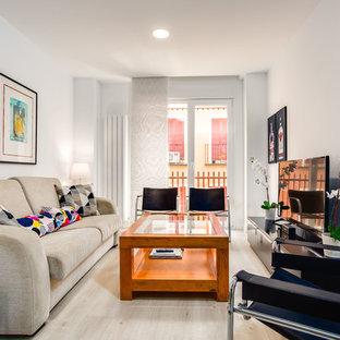 Ejemplo de salón para visitas cerrado, ecléctico, con paredes blancas, televisor independiente, suelo beige y suelo de madera clara