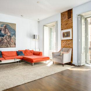 Diseño de salón para visitas bohemio con paredes blancas, suelo de madera oscura y suelo marrón