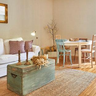 Modelo de salón abierto, marinero, con paredes beige, suelo de madera clara y suelo beige
