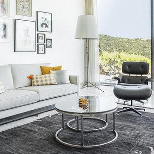 Modelo de salón tradicional renovado con paredes blancas y suelo beige