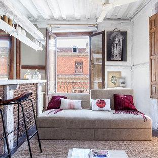 Foto de salón para visitas abierto, bohemio, de tamaño medio, sin chimenea y televisor, con paredes blancas y suelo de baldosas de terracota