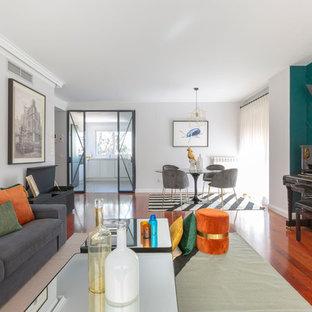 Imagen de salón con rincón musical abierto, contemporáneo, con paredes azules y suelo de madera en tonos medios