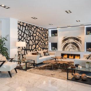 Diseño de salón para visitas abierto, actual, grande, con paredes blancas y chimenea lineal