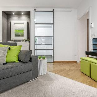 Ispirazione per un piccolo soggiorno minimalista aperto con pareti bianche, parquet chiaro, camino lineare Ribbon, cornice del camino in metallo, nessuna TV e pavimento giallo