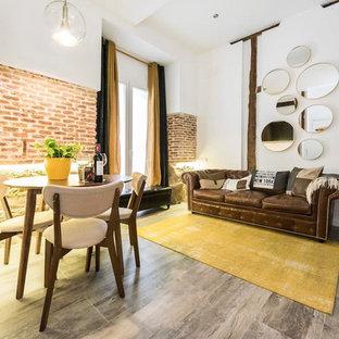 Diseño de salón abierto, industrial, con paredes blancas y suelo marrón