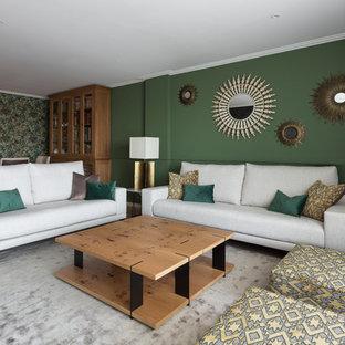 Diseño de salón abierto, actual, grande, con paredes verdes, suelo de madera clara y suelo beige