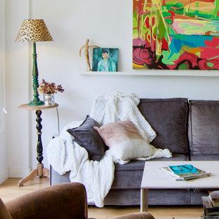 Diseño de salón con barra de bar abierto, bohemio, de tamaño medio, con paredes blancas, suelo laminado, televisor colgado en la pared y suelo marrón