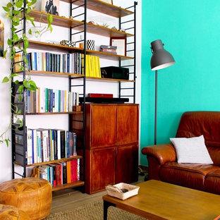 マドリードの中サイズのミッドセンチュリースタイルのおしゃれなLDK (緑の壁、ラミネートの床、暖炉なし、テレビなし、茶色い床) の写真