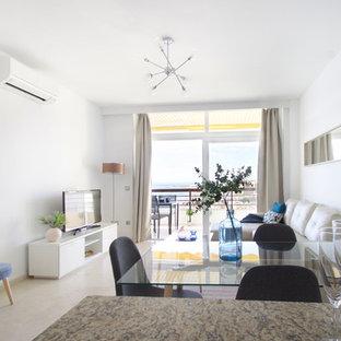Ispirazione per un piccolo soggiorno scandinavo con pareti bianche, pavimento in marmo, TV autoportante e pavimento beige