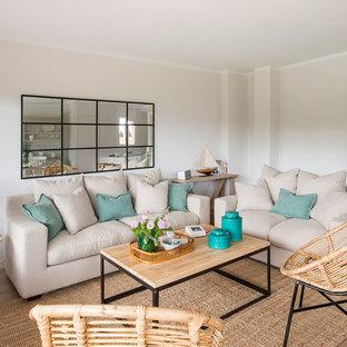Ejemplo de salón cerrado con paredes beige, suelo de madera en tonos medios y suelo marrón