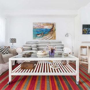 Modelo de salón para visitas abierto, costero, pequeño, con paredes blancas