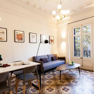 Modelo de salón abierto, clásico renovado, de tamaño medio, con paredes blancas, suelo de baldosas de cerámica y suelo multicolor