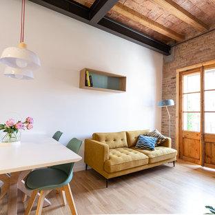 Ejemplo de salón abierto, mediterráneo, con paredes blancas y suelo de madera clara