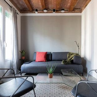 Imagen de salón mediterráneo con paredes grises y suelo gris