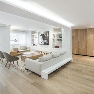 マドリードの巨大な北欧スタイルのおしゃれなLDK (フォーマル、白い壁、無垢フローリング、暖炉なし、テレビなし) の写真