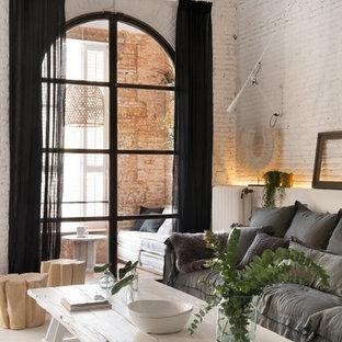 Idéer för stora shabby chic-inspirerade allrum med öppen planlösning, med ett finrum, vita väggar och målat trägolv