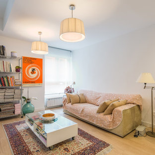 Imagen de salón actual con paredes blancas, suelo de madera clara y suelo beige