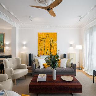 Modelo de salón para visitas abierto, contemporáneo, de tamaño medio, con paredes blancas y suelo de madera clara