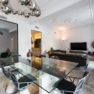 Ejemplo de salón cerrado, actual, grande, sin chimenea, con paredes blancas, suelo de baldosas de porcelana, televisor colgado en la pared y suelo gris