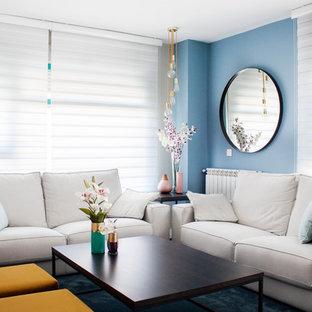 Diseño de salón para visitas cerrado, tradicional renovado, con paredes azules, moqueta y suelo azul